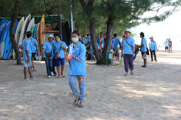 About 100 Dongtan Beach vendors cleaned up the shoreline and collected garbage for Mother's Day.