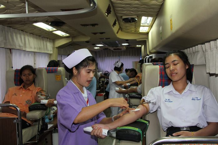 The Lions Club of Pattaya Taksin rallied students from local schools and Lions Club members to give blood for HM the Queen's 84th birthday.