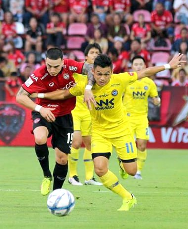Pattaya United's Wichan Nantasri (right) and Muangthong United's Tristan Do (left) challenge for the ball during their Thai Premier League match at the SCG Stadium in Nonthaburi, Saturday, August 20. (Photo courtesy Pattaya United)