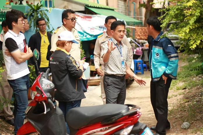 City legal chief Sretapol Boonsawat leads a group of engineers and authorities to make measurements of public property in the Chumsai Community, telling encroaching landholders their property must be removed within two weeks. (Photo: PPRD)
