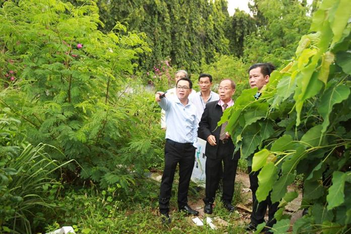 Pattaya councilors recently paid a visit to South Pattaya Canal to check up on the process of removing illegal buildings, posts, and bridges. (Photo: PPRD)
