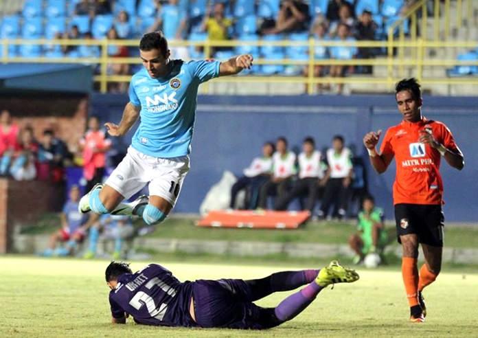 Pattaya United's Soony Saad leaps over Ratchaburi FC goalkeeper Ukrit Wongmeema during their Thai Premier League fixture at the Nongprue Stadium in Pattaya, Saturday, Sept. 10. (Photo/Pattaya United FC)
