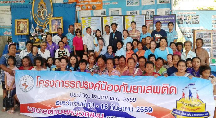 Community President Wirat Joyjinda welcomes a 50-person study group from Nongben in Nakon Sawan led by Mayor Jomnien Raksajan, to study its award-winning expertise in battling drugs at the neighborhood level.
