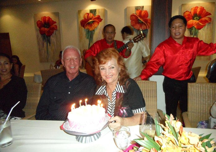 Gerrit Niehaus and Elfi Seitz admire the beautiful birthday cake.