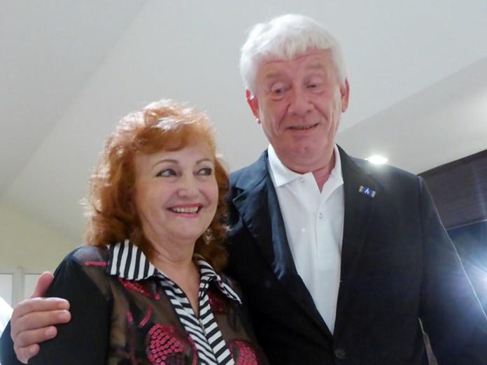 Dr. Jürgen Koppelin congratulates birthday girl Elfi Seitz.