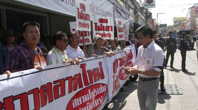 Pattaya legal chief Sretapol Boonsawat, police and soldiers were dispatched to break up the demonstration.