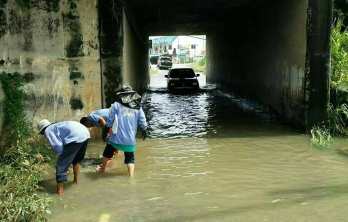The drainage tunnel under the railway-parallel road near Park Villa overflowed by more than 50 centimeters Sept. 23 and took hours to drain.