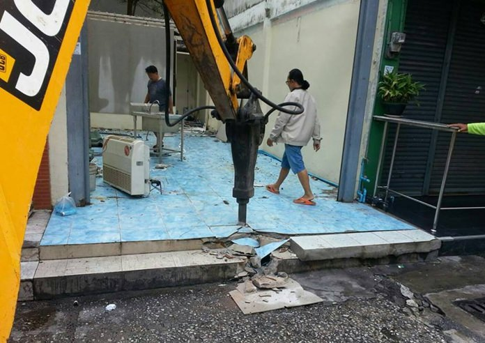 Pattaya engineers with a JCB vehicle began tearing down and removing objects from Soi 6.