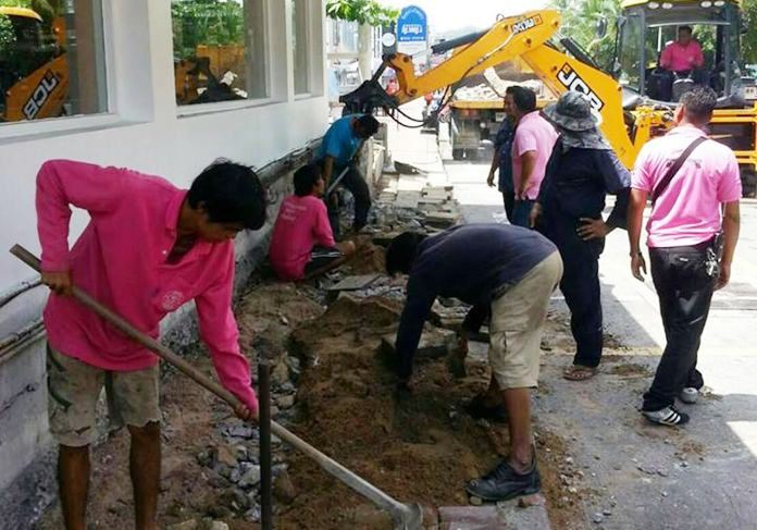 Pattaya City Hall has demolished a narrow walkway in front of Pizza Company where street vendors had taken up shop.