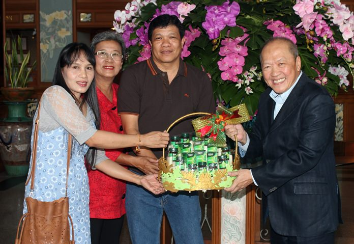 Toy Dulchamnong (2nd left) together with Noppadol Taithipsirikul (2nd right) his wife bring good wishes for Chatchawal.