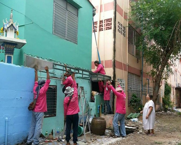 Engineers remove roof structures, chairs and tables in Soi Chalermprakiat 19.