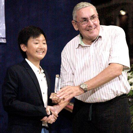Phitchakon Ungpakornkaew (left) won the award for Most Improved Sailor (male).