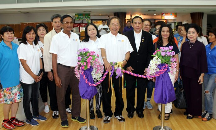 Past District Governor Thongchai Lothrakanon (standing centre) Rotary District 3340, presided over the opening of the tournament.