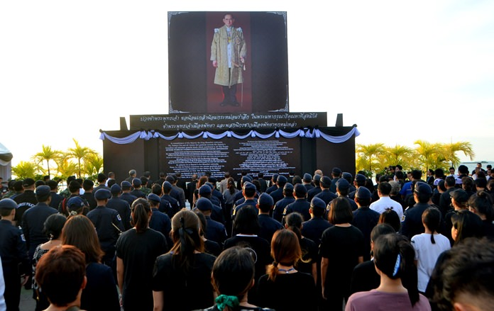 The public in pays tribute to the late His Majesty the King by singing the royal anthem on Pattaya Beach.