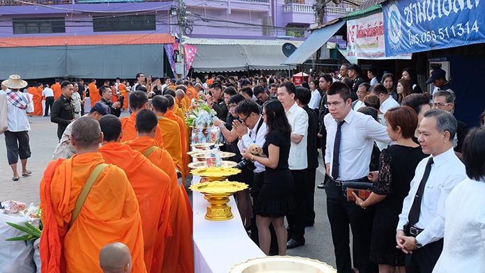 Thais nationwide perform religious tributes to the late King