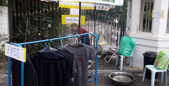 Kanlaya Pung Dharma Park offered free clothes dyeing in honor of HM the late King.
