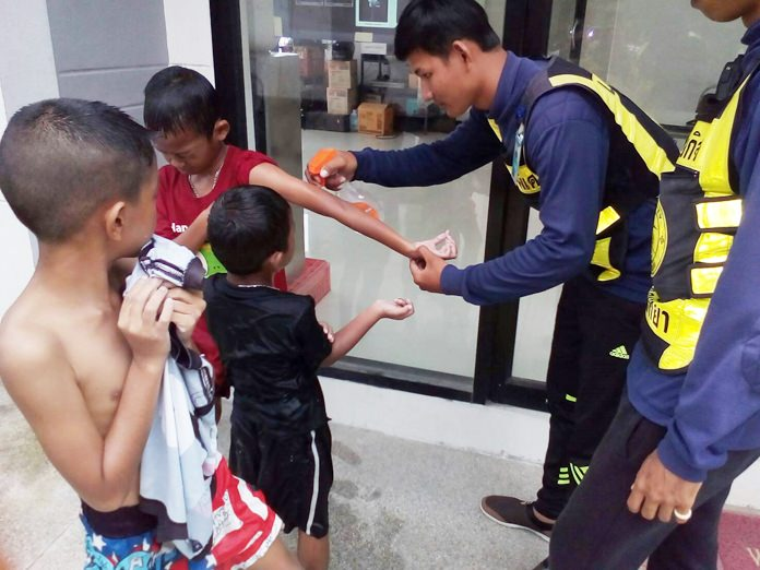 Jellyfish remain a problem on Jomtien Beach, with a young boy most recently feeling the sting of the tiny, nearly invisible scyphozoans.
