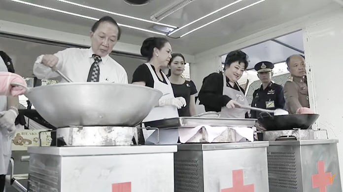 Large crowds from the general public had queued up to receive sticky rice and fried chicken that was personally cooked by Her Royal Highness Princess Soamsawalee.