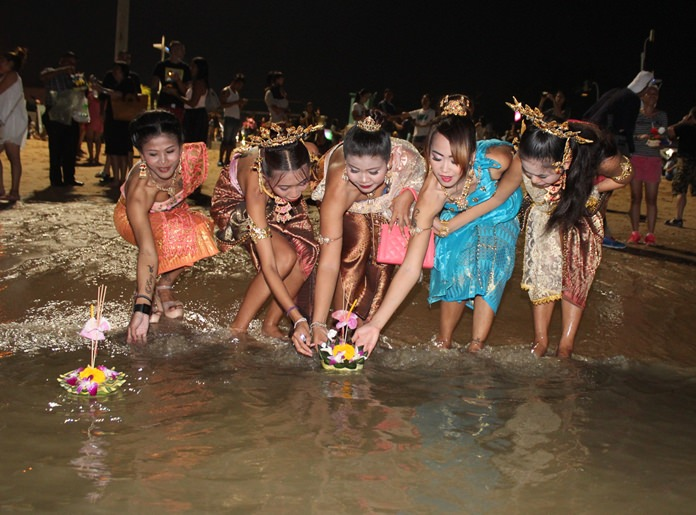 This year Loy Krathong, the most romantic night on the Thai calendar, fell on Monday, November 14. With the entire Kingdom in mourning, official regularly scheduled Loy Krathong events were cancelled, but many people were able to participate privately. Given the weight of the circumstances, however, most did so with proper restraints.