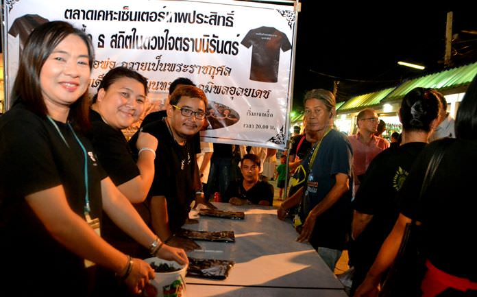 Muang Pattana Co., owners and organizers of the Keha Market, gave away 1,000 black shirts to mourners in honor of HM the late King.