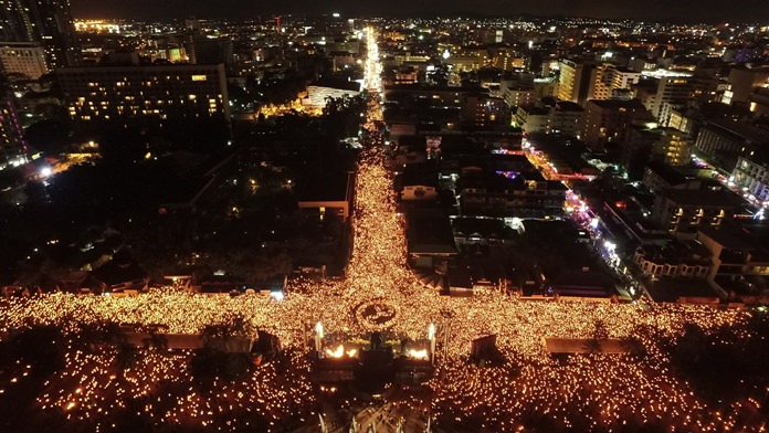 More than 100,000 Thais and foreigners from near and far shed tears and paid last respects to HM the late King along Pattaya Beach Road, Pattaya Bay, and all nearby side sois in the largest memorial held outside Bangkok for the late monarch.