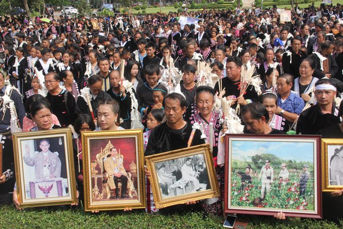 More than 3,000 ethnic Hmong people came to City Hall to pay their respects and show their love for His Majesty the King at a ceremony to mourn his loss.