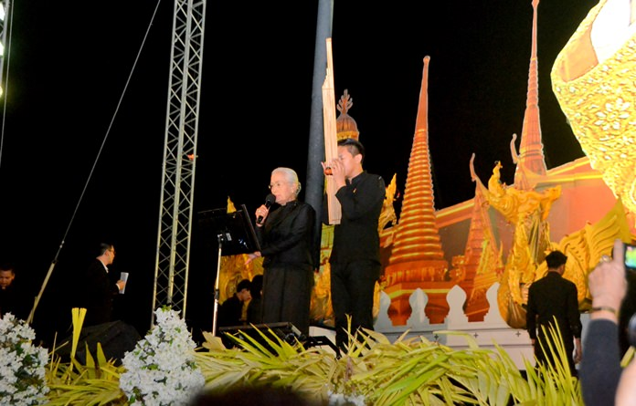 'Mo Lam' Chaweewan Dumnern and 'Khaen Master' Acharn Ohn Khaenkhiaw performed 'Lam Long' to mourn the passing of the King.