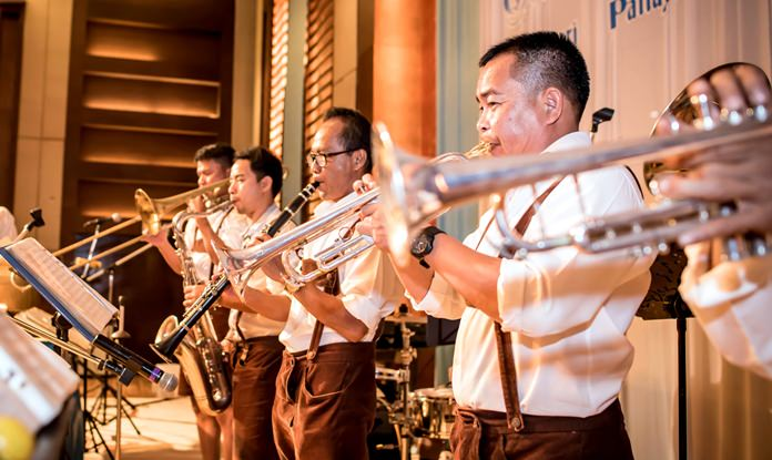 The band cranked up the party atmosphere with waltzes and drinking songs.