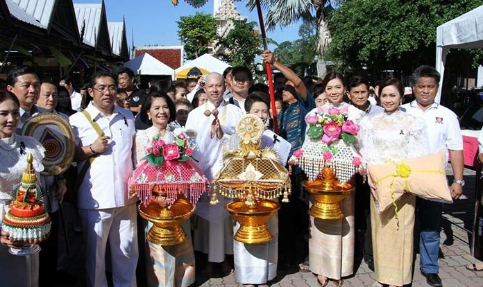 Former Pattaya Mayor Itthiphol Kunplome (center) enters the monkhood in Bangsaen to pay homage to HM the late King.