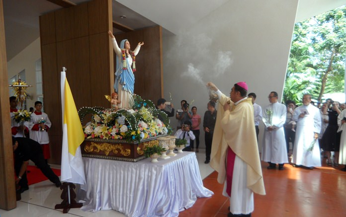 Bishop Silvio blesses the statue of Mother Mary.