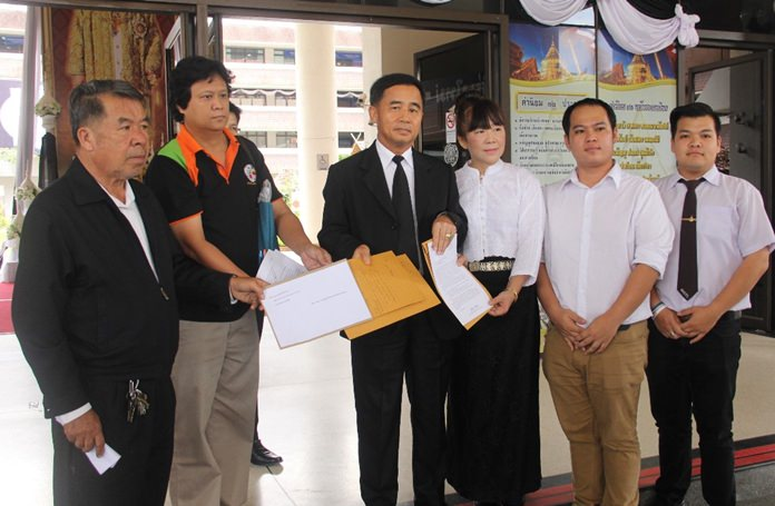 Representatives from Chiang Mai Stop Drinking Coordinating Center, Love Chiang Mai Community Network and the Institution Education Network met with Deputy Governor Prachuab Kanthiya and presented him a letter to crack down on venues selling alcohol close to schools after the Malin Sky Pub scandal.