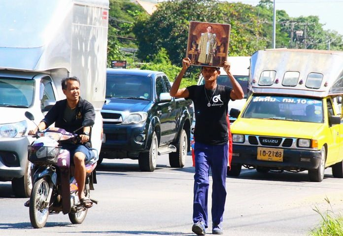 Wattana Urailum set out to walk from Rayong to Bangkok to honor HM the late King's legacy.
