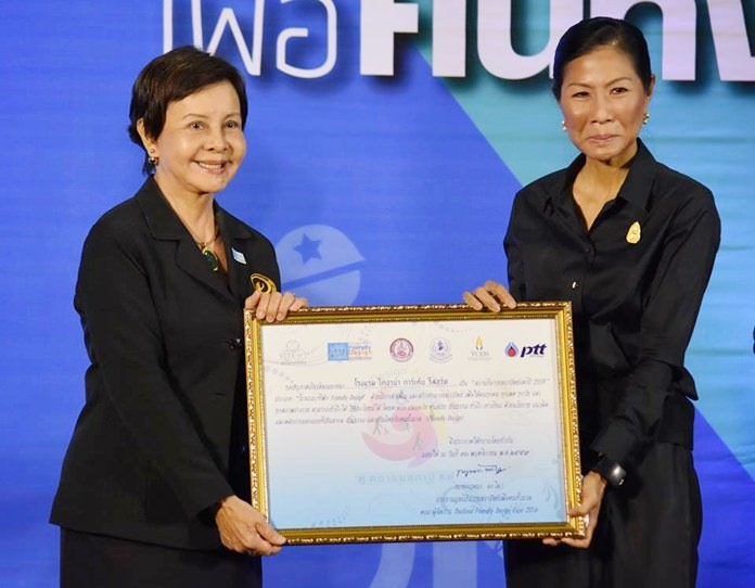 Tourism and Sports Minister Kobkarn Wattanavrangkul presented the Outstanding Civilized Design in ASEAN award to Diana Group Managing Director Sopin Thappajug.