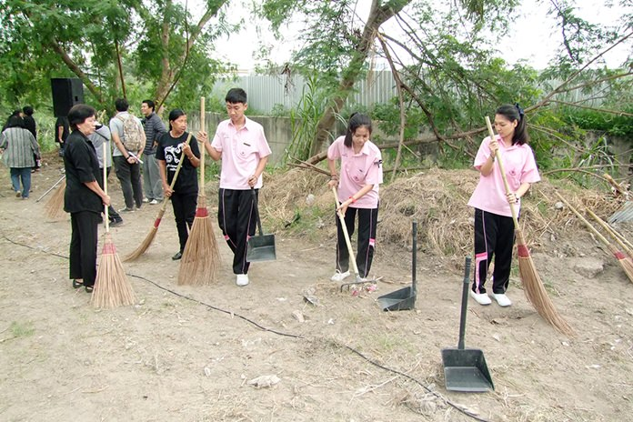 Residents of the Chonburi sub-district of Baan Suan clean up their main canal to celebrate Environment Day.