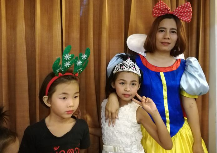 Snow White greets the little ones on Christmas Eve.