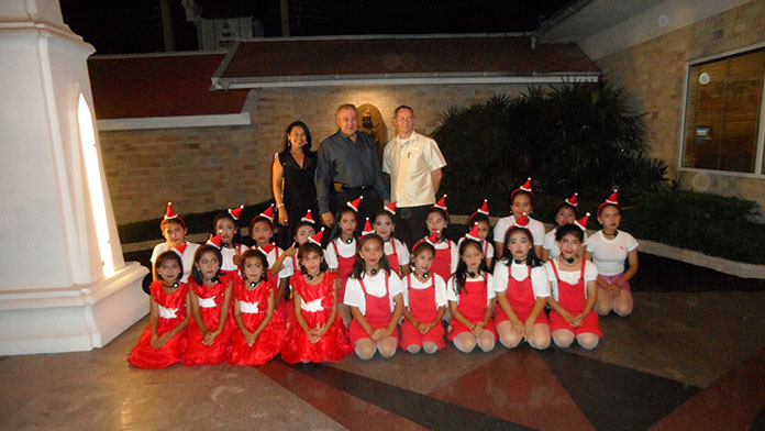 The children of the Tung Klom Talman School are proud to take a picture with Ploy and Rene Pisters and Danilo Becker.