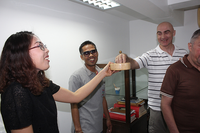 Martin Bilsborrow picks out his lucky draw from Nutsara Duangsri as Thep cheers him on.
