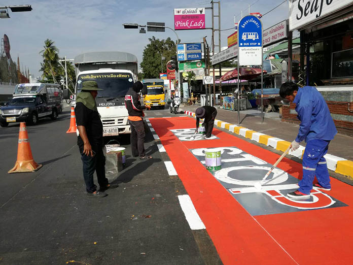 Work crews have been out repainting traffic lines and bus stop lines along Pattaya Beach Road.