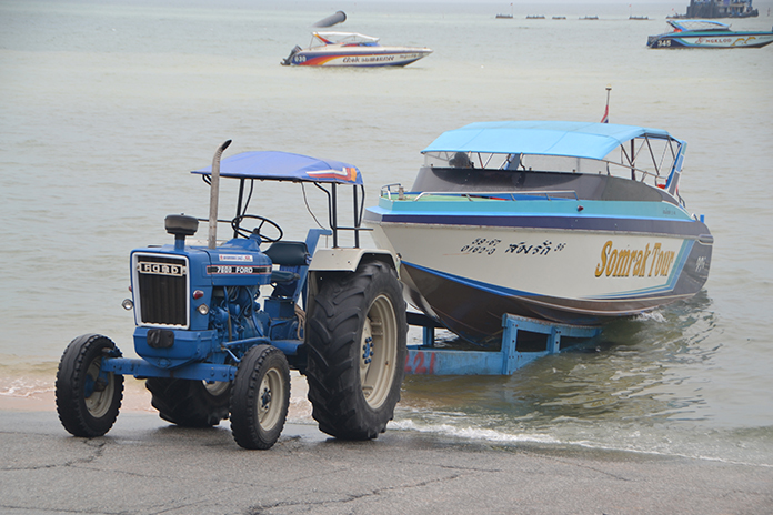 Col. Popanan Luangpanuwat, commander of the National Council for Peace and Order in Banglamung, reiterated that boat vendors in Jomtien must haul their boats with pickup trucks, not tractors.