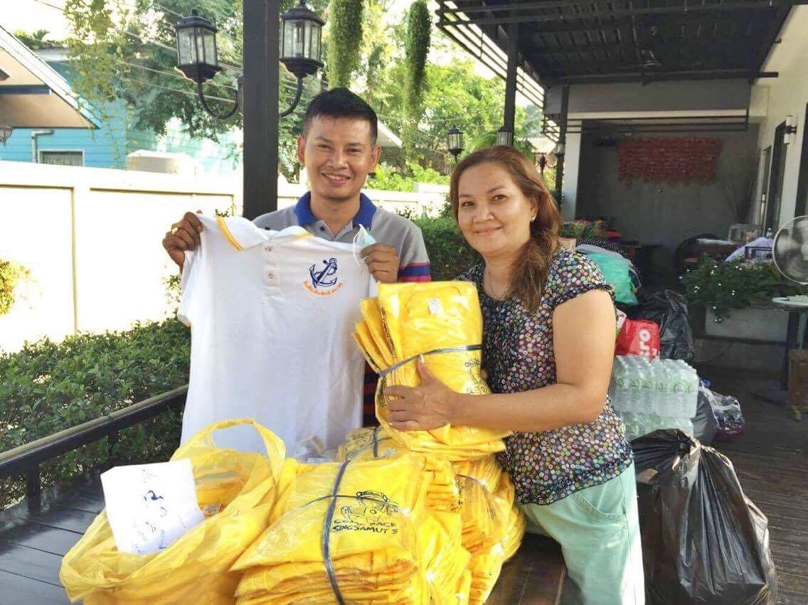 Khun Lek and his sister were glad to receive a generous donation of new shirts for the flood victims in the south.