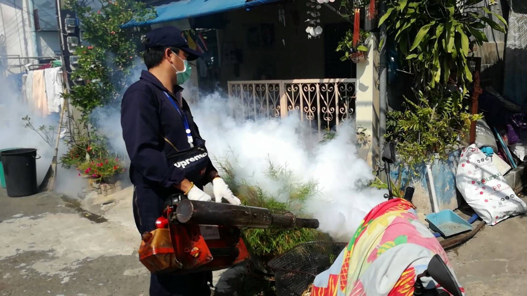 The Thepprasit Community was the latest Pattaya neighborhood to be fumigated for disease-carrying mosquitos as the city continues its war against dengue fever.