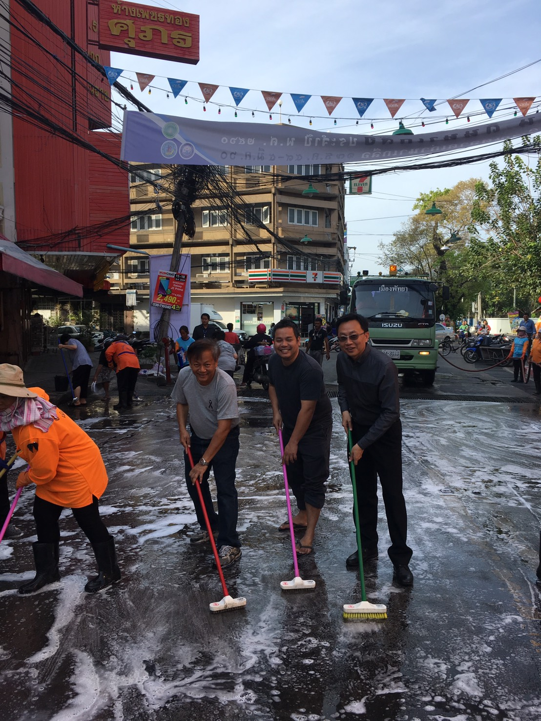 Naklua residents swept streets and picked up trash to honor 100 days since the passing of HM the late King.