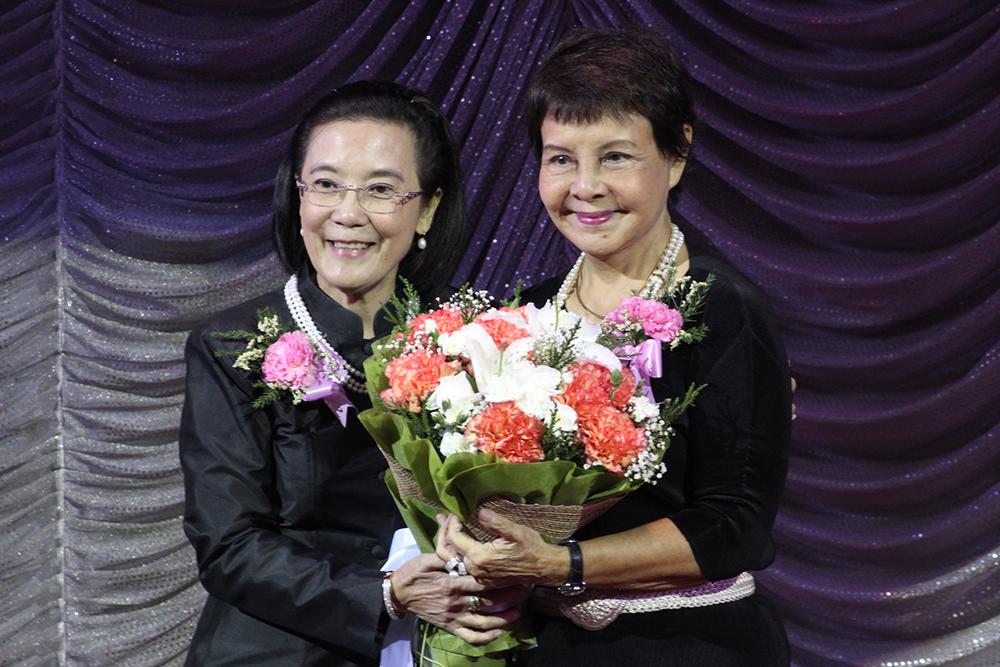 Radchada Chomjinda (left) thanks Sopin Thappajug with flowers.