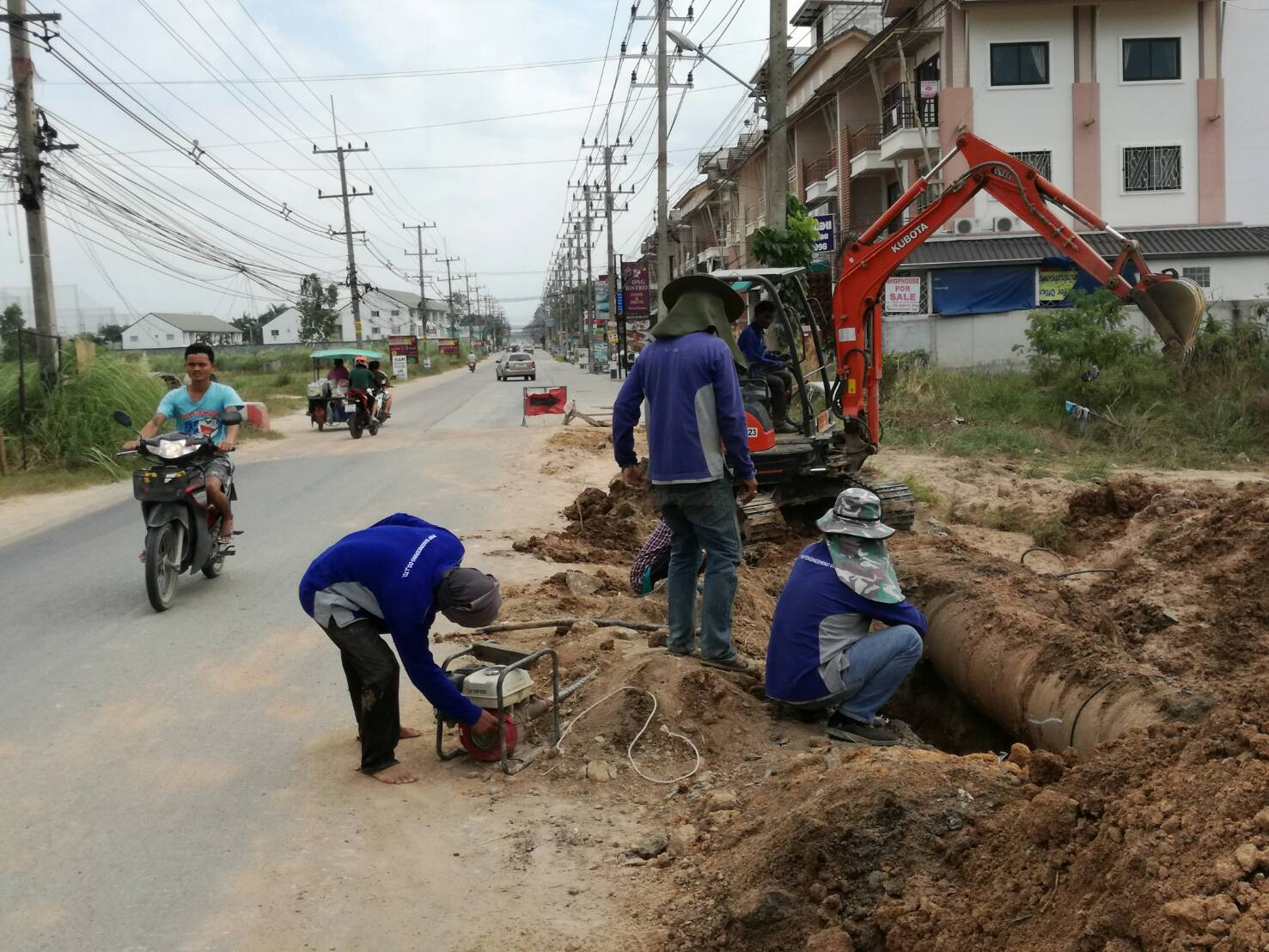 The Provincial Waterworks Authority launched an emergency operation to redirect water-supply pipes on Soi Siam Country Club after roadwork delays left area homes dry for two days.