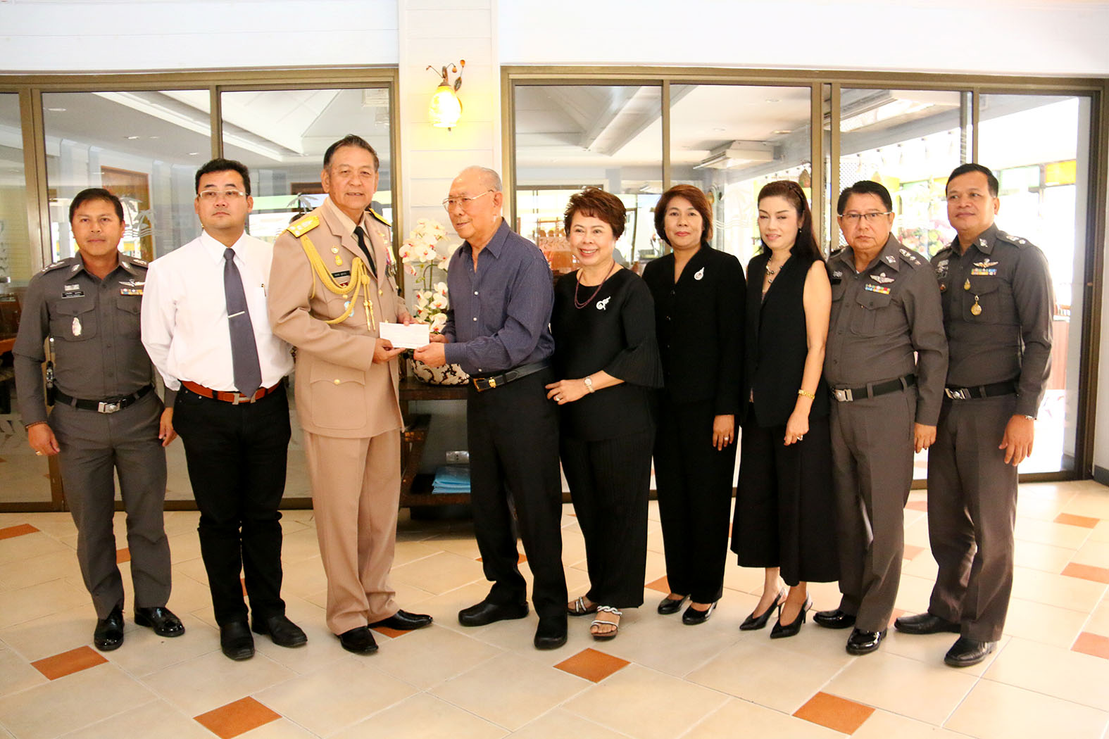 The Sabai hotel group donated a million baht to the Royal Thai Navy to cover expenses for flood-relief operations in the South.