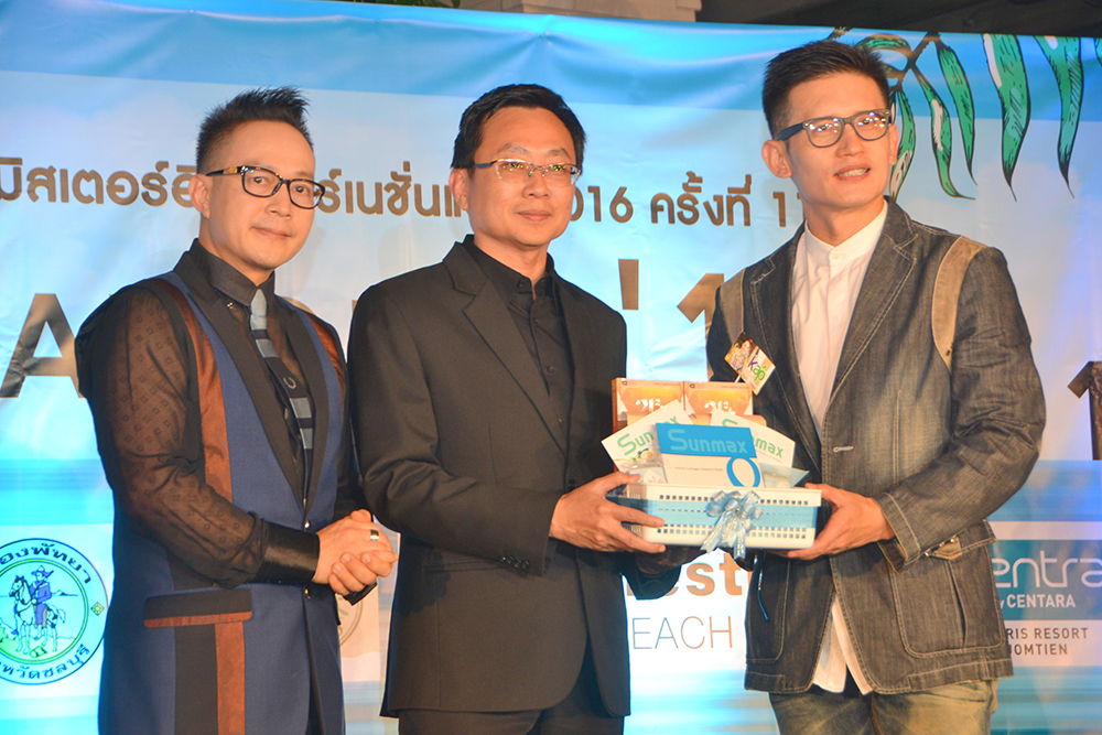 Judges Man Wattanu (left) and Thewit Charoendej (right) thank Sinchai for presiding over the opening ceremony.