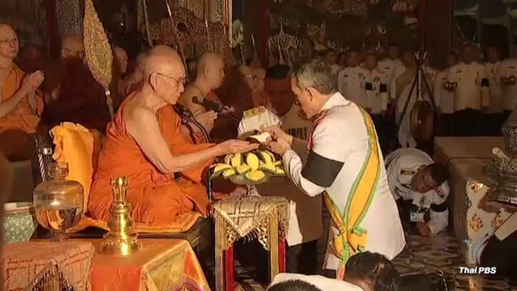 HM the King performs the scared ceremony of installing Somdet Phra Maha Muniwong as Supreme Patriarch.