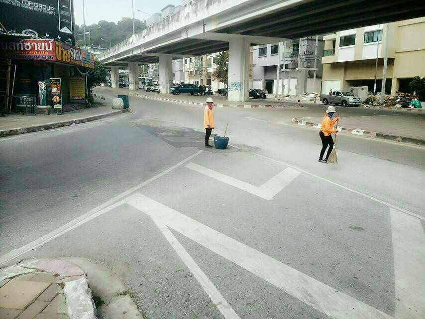 Pattaya has given Thappraya Road a good sweeping after complaints about pebbles and sand.