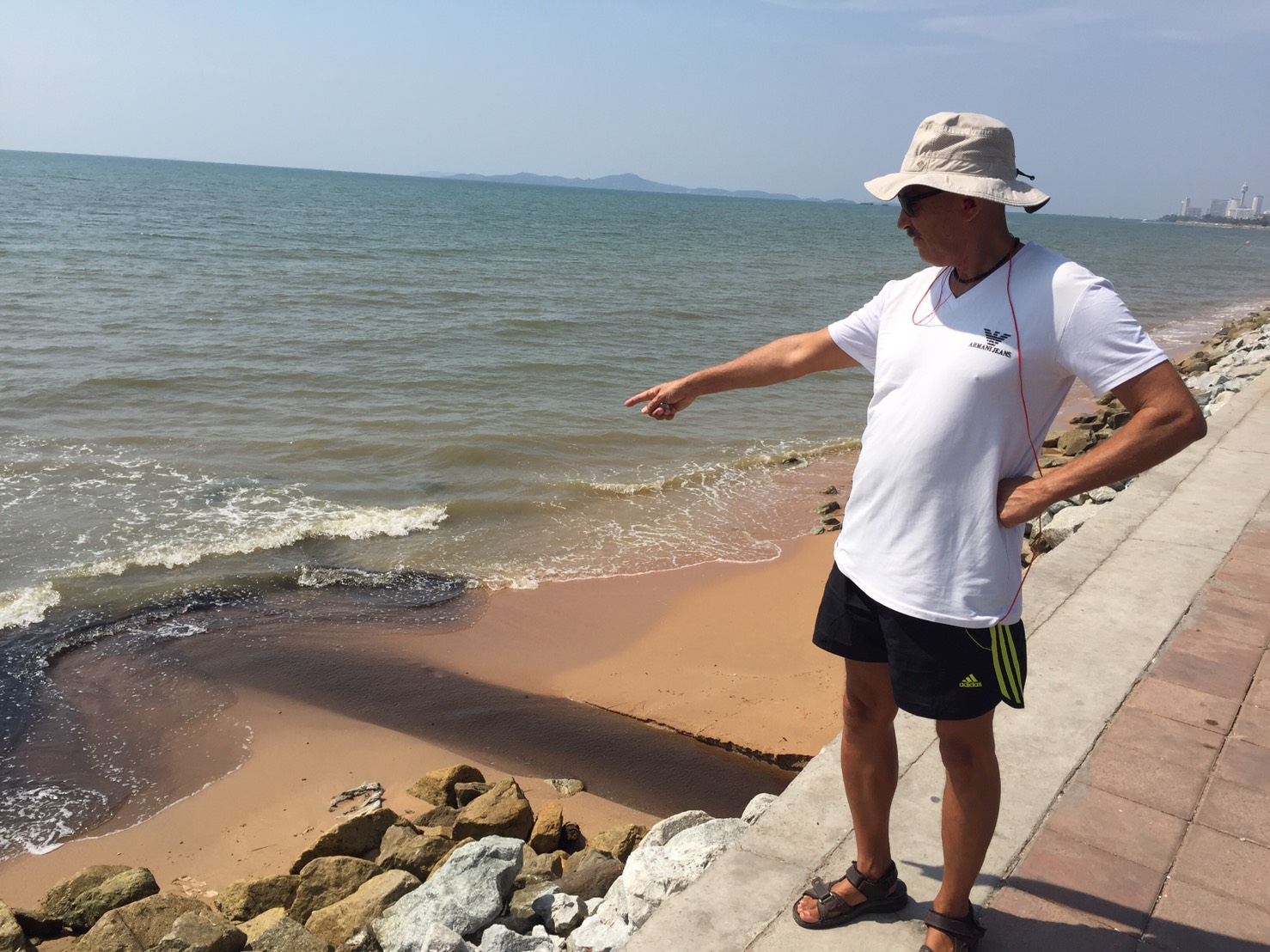 Najomtien beachgoers complained that a 50-meter stretch of oceanfront has been polluted by sewage.