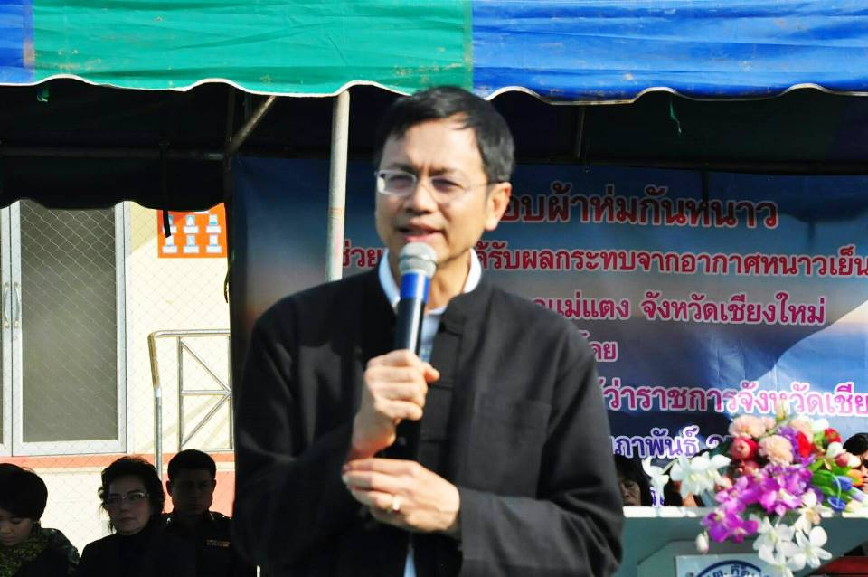 Chiang Mai Governor Pawin Chamniprasart addressed local officials in Mae Taeng about efforts to fight pollution and haze caused by fires and burning.